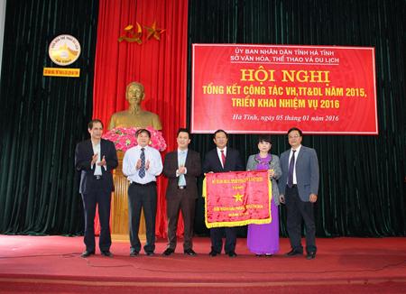 Ban giám đốc Sở nhận cờ thi đua của Bộ VHTTDL, Ảnh: ST