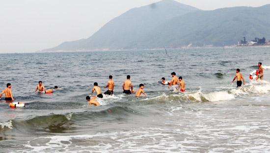Khách du lịch tắm biển tại Thiên Cầm, Ảnh: ST