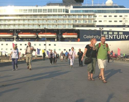 Khách quốc tế đến Huế bằng đường biển- ảnh: Tú Nguyệt