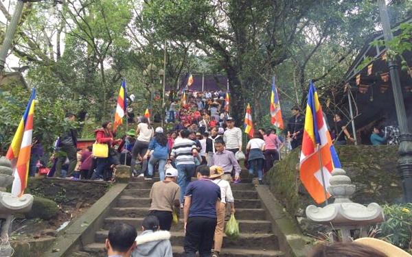 Du khách dưng hương tại lễ hội