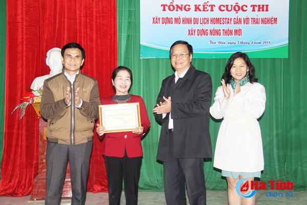 Ban Tổ chức trao giải nhất cho bà gia đình bà Nguyễn Thị Việt